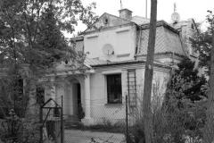 Dom przy ul. Srebrnogórskiej 11 Przedwojenna willa, nie objęta rejestrem zabytków.