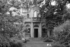 Budynek przy ul. Kołacińskiej 3 Willa z 1932 r., w pobliżu ul. Modlińskiej. Ma ozdobną elewację o charakterze secesyjnym i oryginalną, niezmienioną bryłę architektoniczną. Budynek nie znajduje się w rejestrze zabytków, choć znawcy wskazują, iż powinien zostać nim objęty.