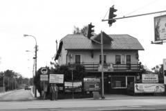 Budynek przy ul. Modlińskiej 333 Budynek z jednym piętrem, datowany na lata 1920-1931. Budynek wpisany do ewidencji zabytków. Fachowcy podnoszą, iż ,budynek ten nie ma żadnych cech zabytku. Nie ma ciekawej, oryginalnej bryły architektonicznej, plastikowe okna i dach pokryty blachą falistą.